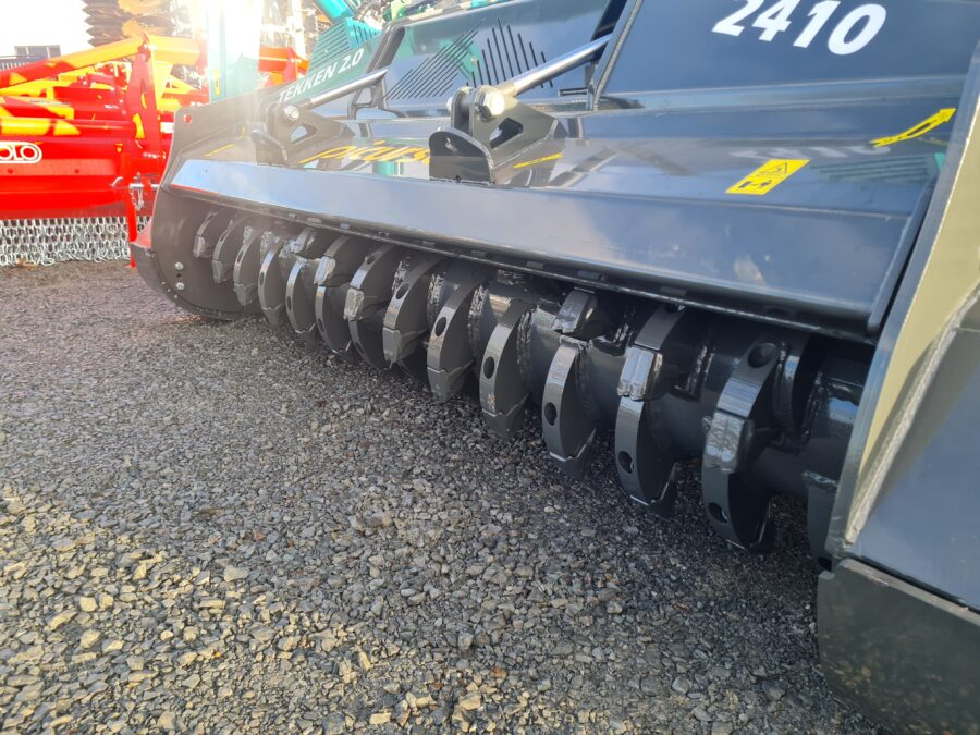 Fixed carbide teeth on forestry mulcher