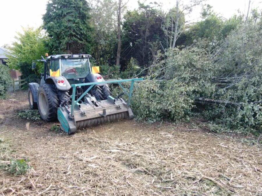 Hydraulic pusher bar on fixed tooth forestry mulcher